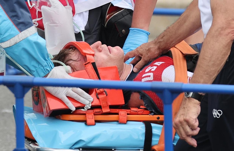 Connor Fields rời đường đua bằng cáng, rồi được đưa thẳng tới bệnh viện. Ảnh: Reuters