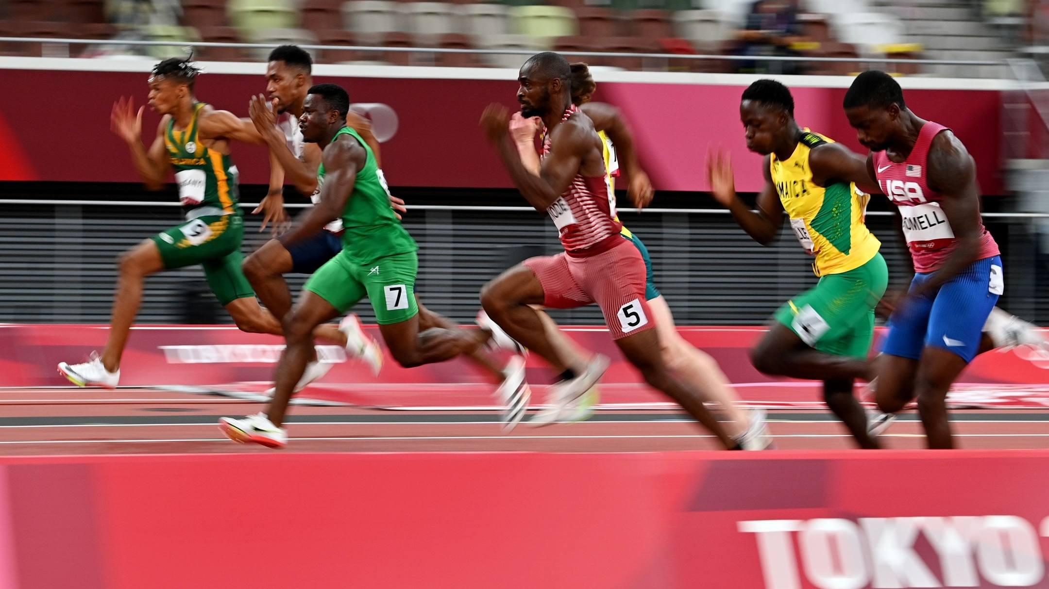 Brommel (phải) trong phần thi bán kết 100m chiều 1/8. Ảnh: Reuters