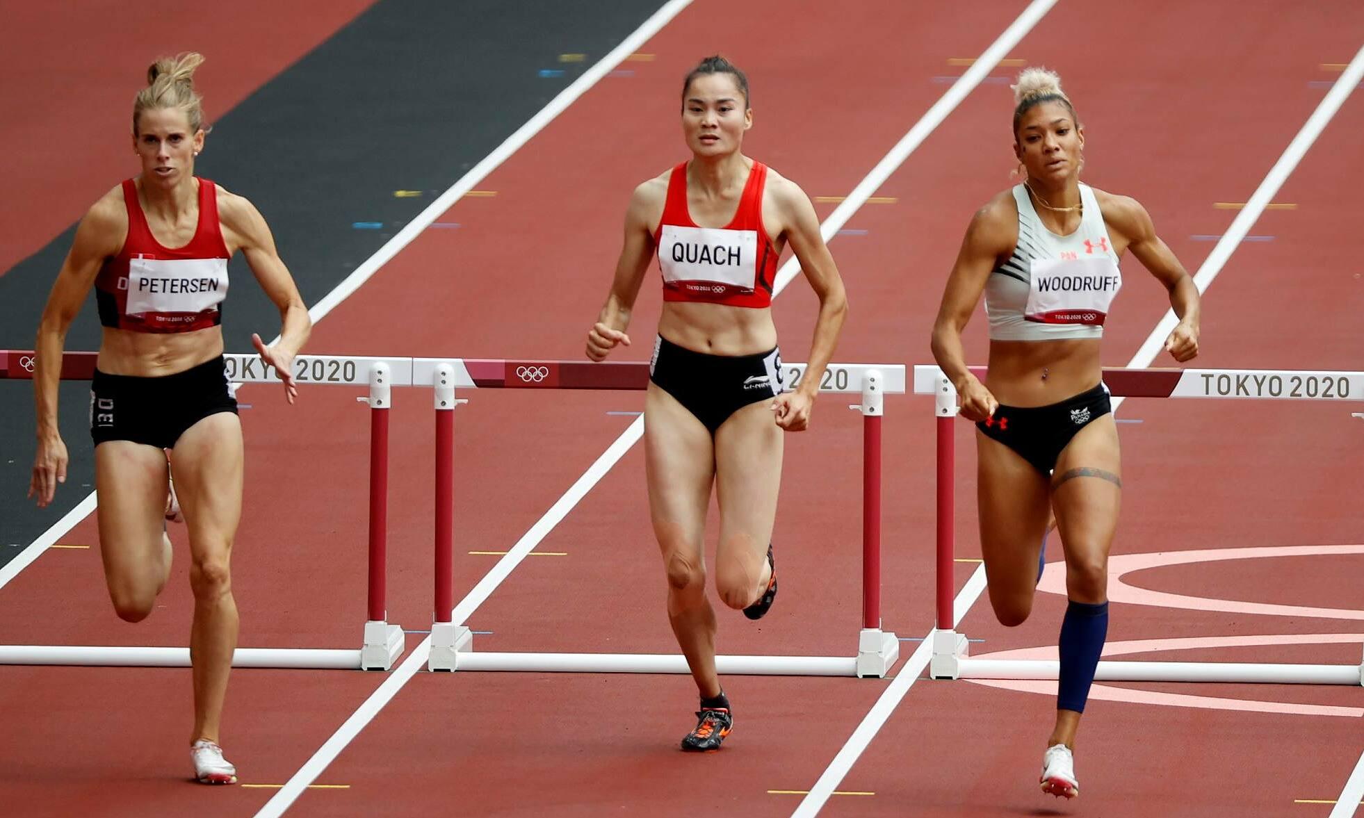 Quach Thi Lan (tengah) dibandingkan dengan Petersen (kiri) dan Woodruff (kanan) untuk sebagian besar balapan, sebelum tertinggal di 100m terakhir.  Foto: Reuters