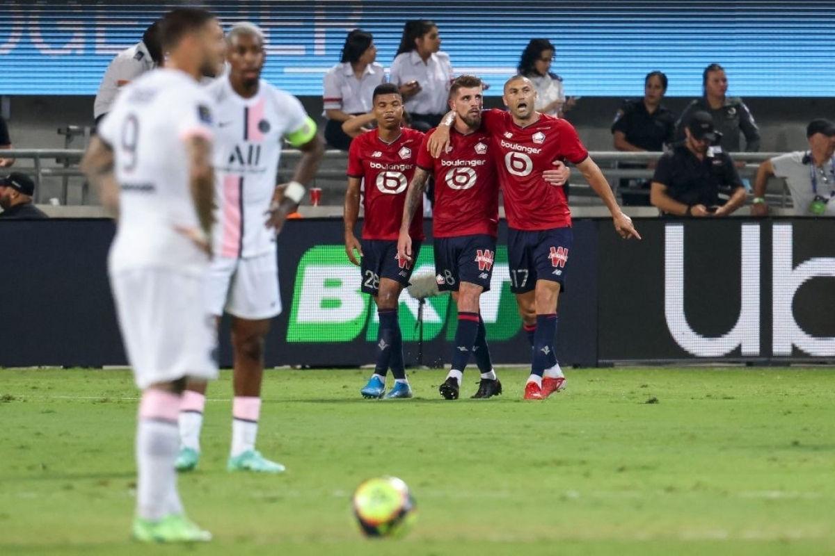 PSG (áo trắng) bất lực trong việc tìm đường vào khung thành Lille. Ảnh: Goal