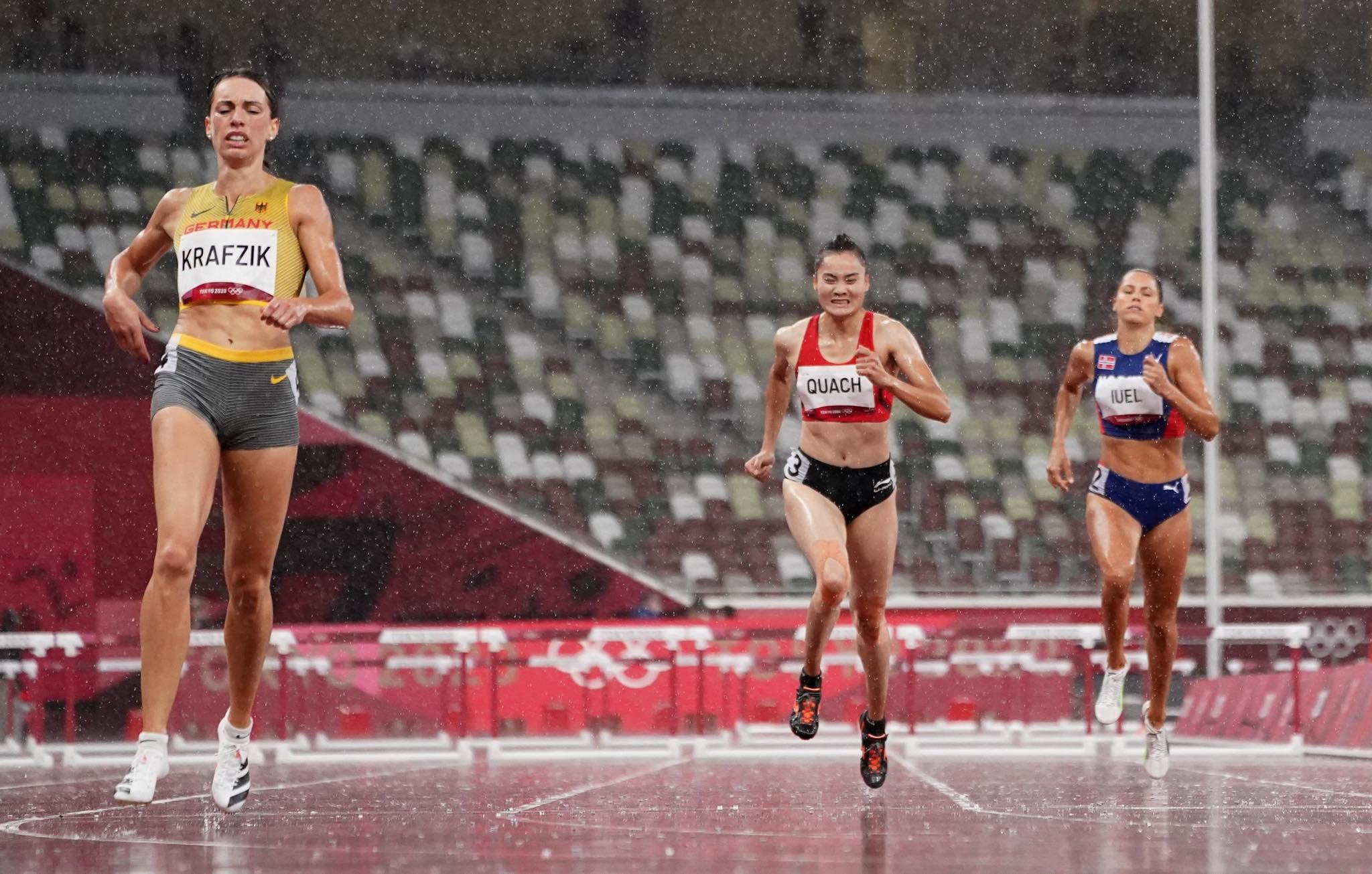 Quách Thị Lan (giữa) thi đấu ở bán kết 400m rào Olympic 2020. Ảnh: Reuters.