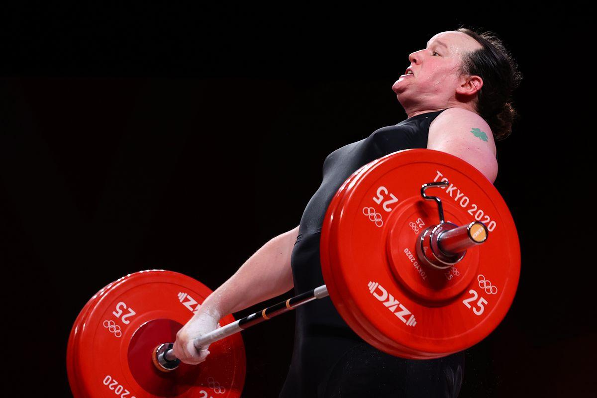 VĐV chuyển giới Laurel Hubbard trong phần thi cử tạ hạng trên 87kg nữ tối 2/8. Ảnh: Reuters