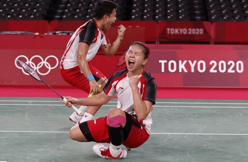 Polli Greysia và Apriyani Rahayu ăn mừng tấm HC vàng đầu tiên của Indonesia tại Olympic Tokyo. Ảnh: AFP