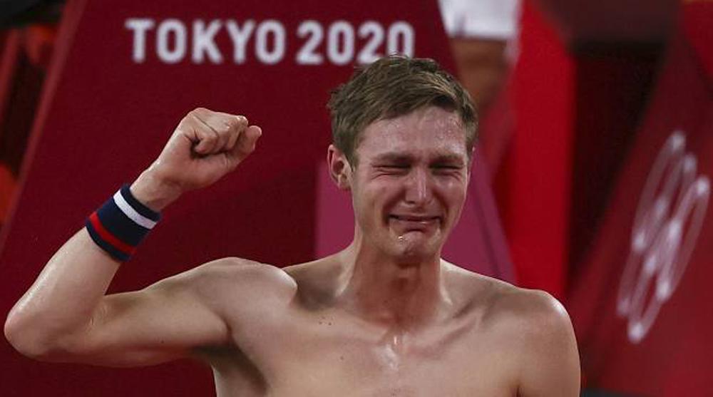 Viktor Axelsen khóc nức nở khi lần đầu tiên có HC vàng Olympic. Ảnh: AFP