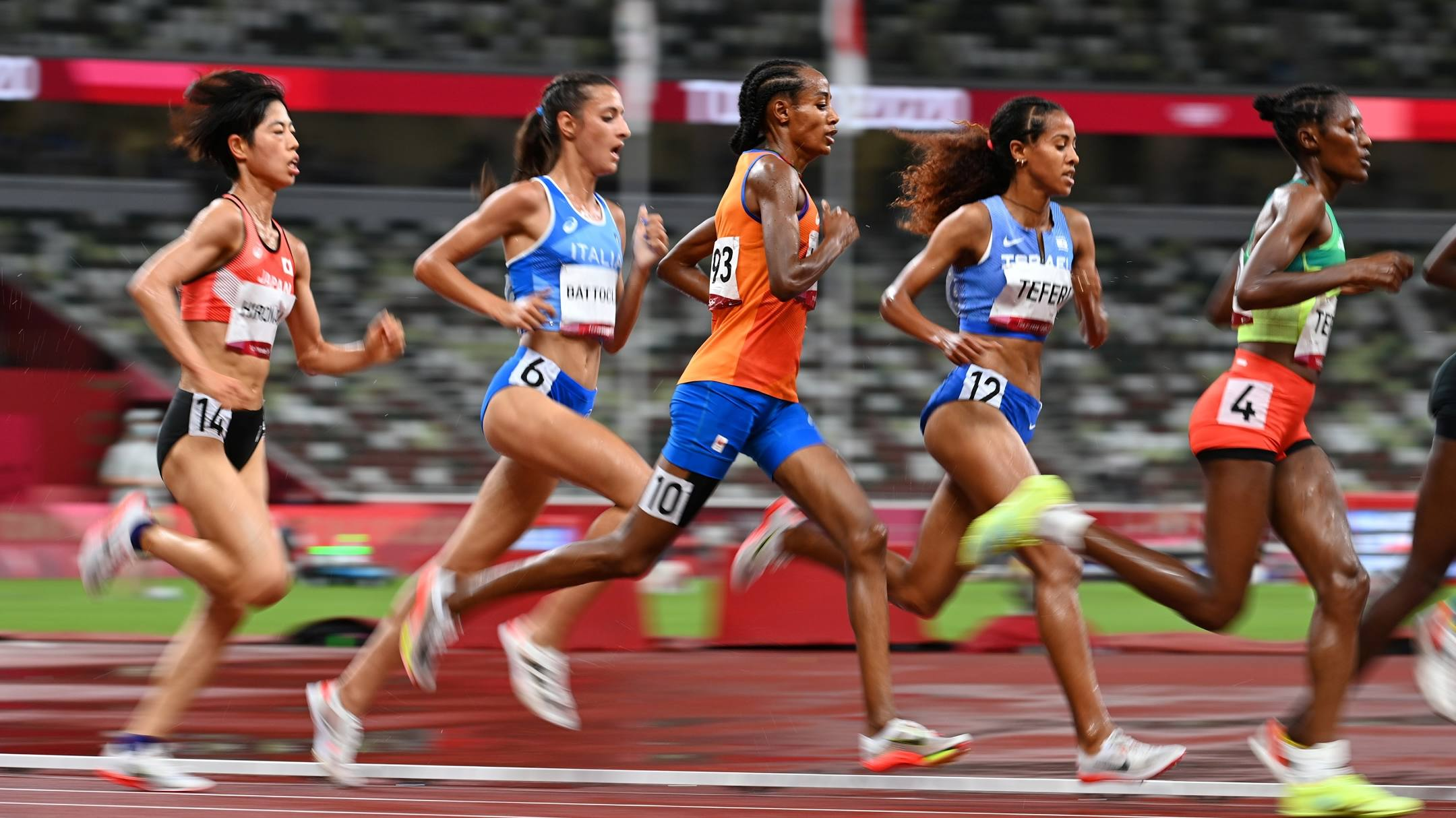 Hassan (No. 10) started to accelerate to join the leading group when he passed the 3,700 meter mark.  Photo: Reuters