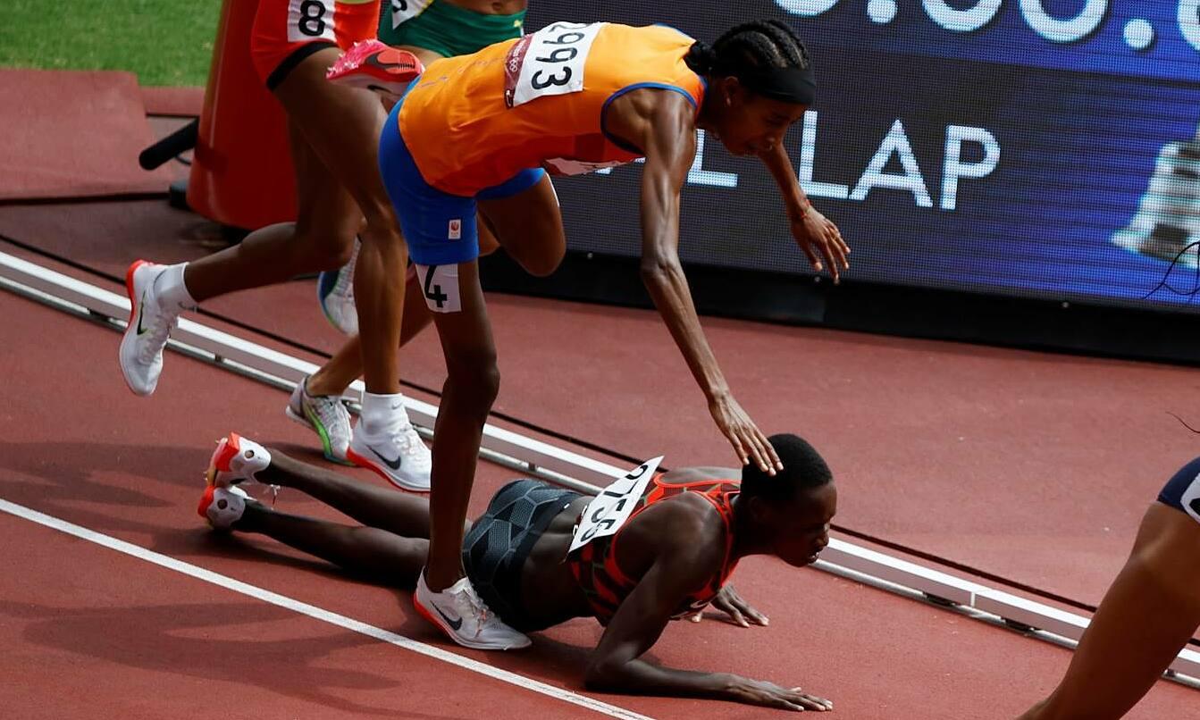 Hassan (áo cam) vấp phải Jebitok và ngã xuống. Ảnh: Reuters