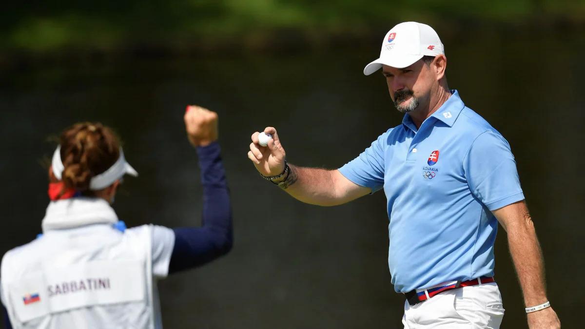 Sabbatini chia vui với vợ kiêm caddie Martina sau một cú ghi điểm ở vòng bốn môn golf Olympic Tokyo 2020 hôm 1/8. Ảnh: Reuters