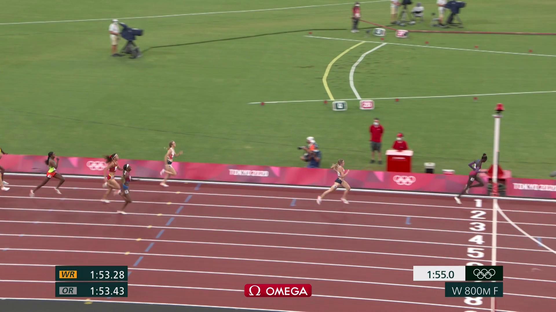 Athing Mu bỏ xa Hodgkinson một đoạn khi cán đích ở chung kết 800m nữ tối 3/8.