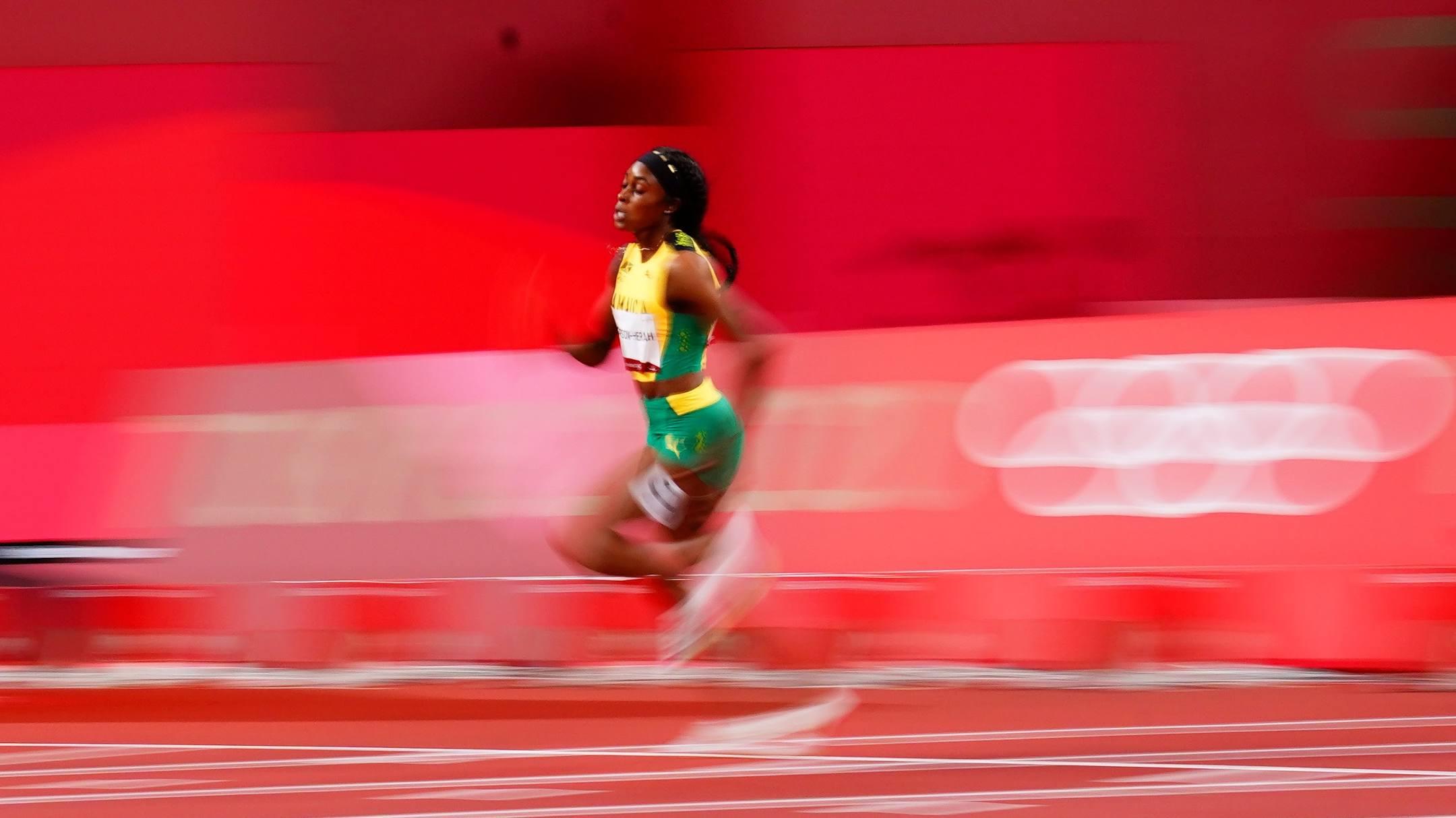 Thompson-Herah trên đường chạy 200m nữ Olympic Tokyo 2020 tối 3/8. Ảnh: Reuters