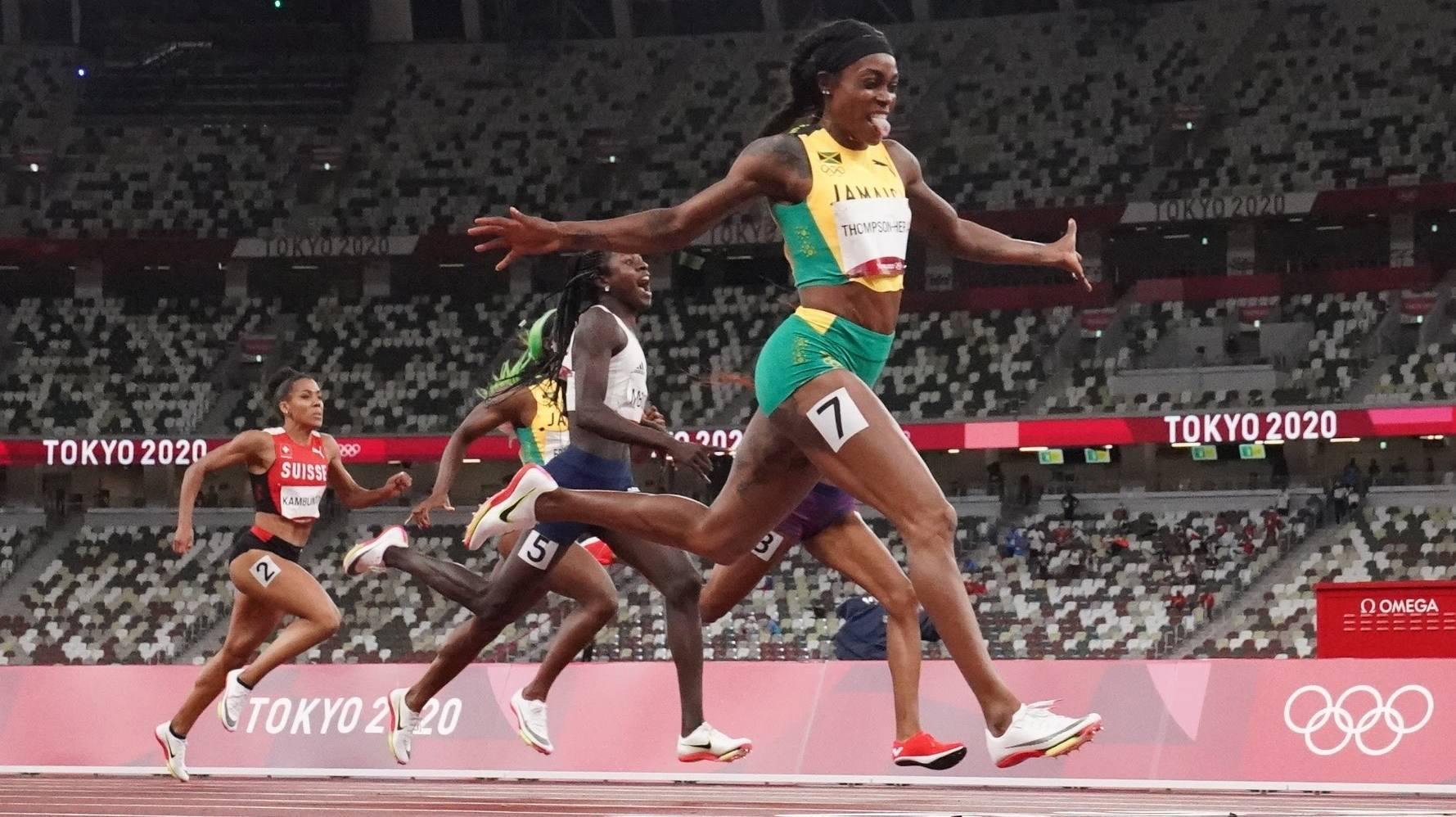 Thompson-Herah mừng chiến thắng trên đường chạy chung kết 200m nữ Olympic Tokyo 2020 tối 3/8. Ảnh: Reuters