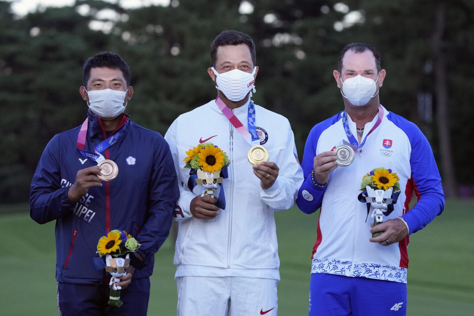CT Pan, Schauffele và Sabbatini (từ trái qua) nhận huy chương môn golf Olympic hôm 1/8. Ảnh: AP