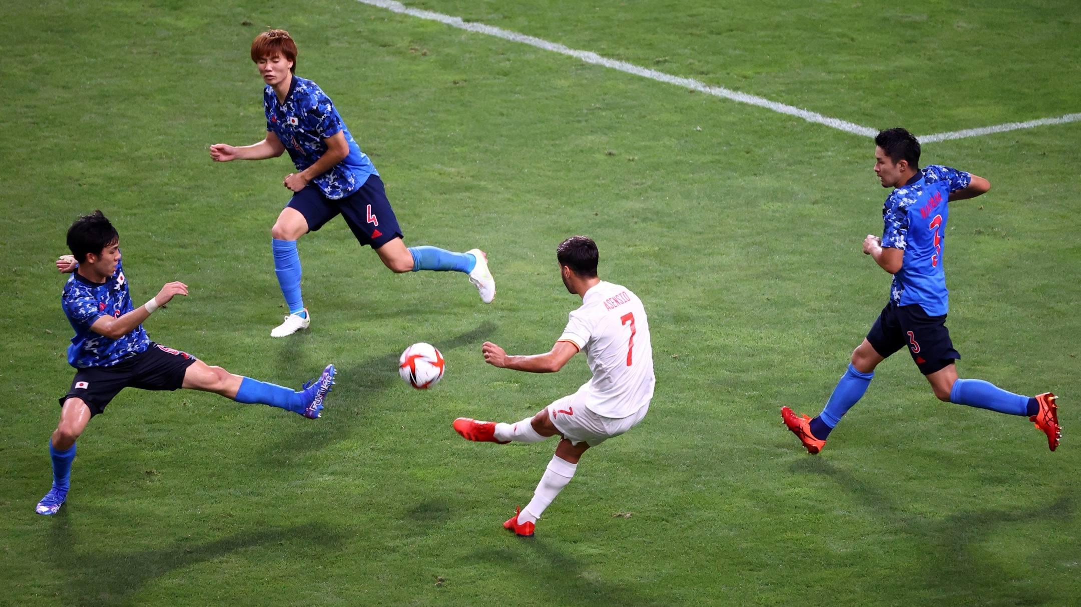 Tình huống cứa lòng đem về bàn thắng duy nhất cho Tây Ban Nha. Ảnh: Reuters