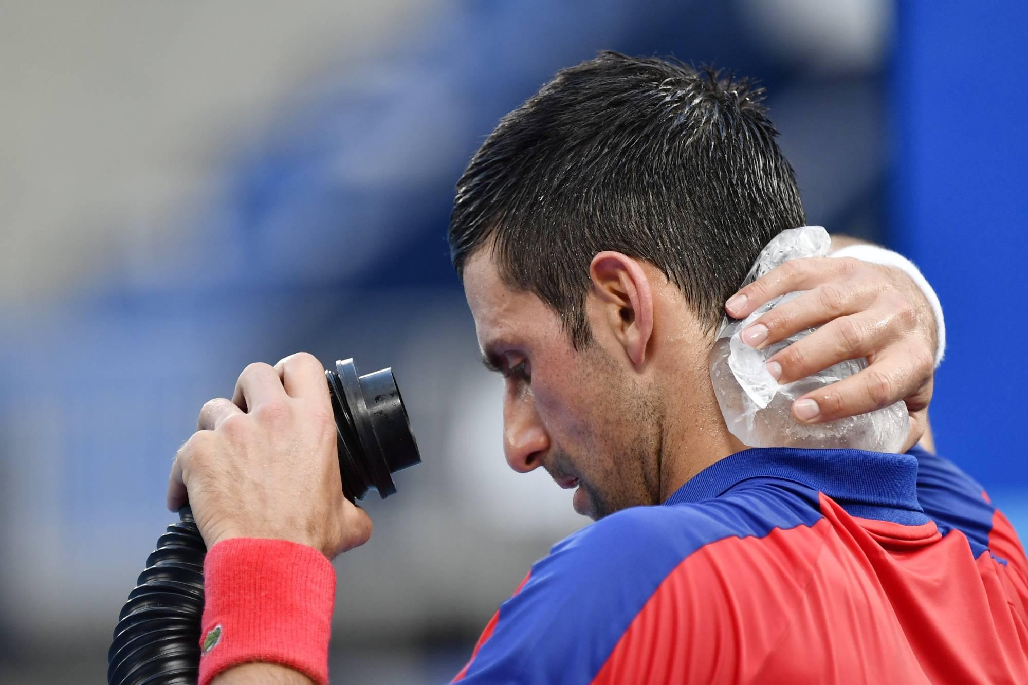Djokovic phải thi đấu dưới điều kiện thời tiết khắc nghiệt ở Olympic Tokyo. Ảnh: NBC