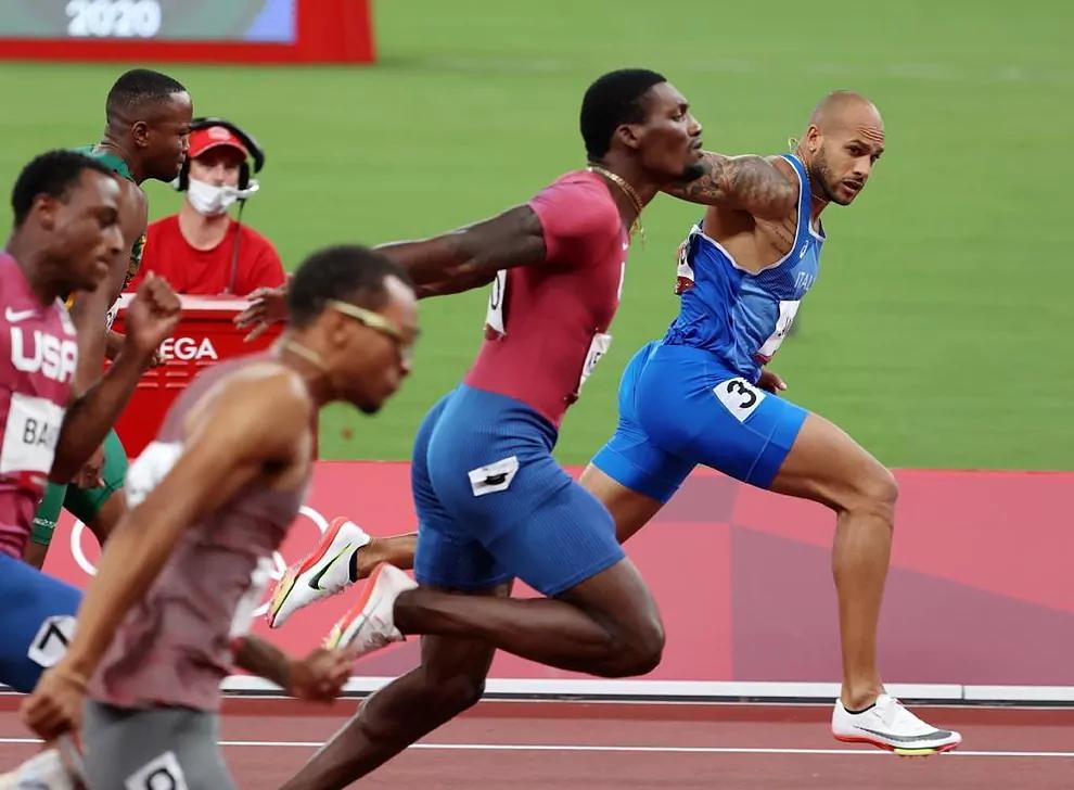 Jacobs (áo xanh) về nhất ở chung kết chạy 100m nam Olympic Tokyo. Ảnh: Marca.