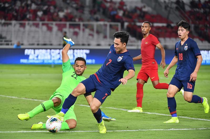 """ทีมไทย (เสื้อน้ำเงิน) เพิ่งผิดหวังเมื่อรั้งอันดับ 4 ของกลุ่มจี ในรอบที่สองของฟุตบอลโลก 2022 รอบคัดเลือกในเอเชีย  ภาพถ่าย: """"Bangkok Post"""""""
