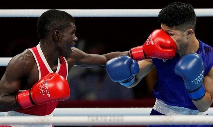 Pukulan Martinez (sarung tangan merah) di tengah wajah Tanaka.  Foto: Reuters