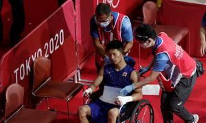 Võ sĩ Nhật Bản thắng, dù rời sàn bằng xe lăn