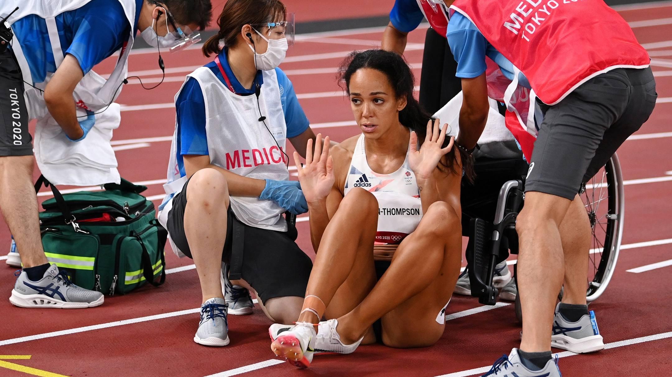 Cô từ chối chăm sóc y tế, cũng không chịu ngồi xe lăn, mà tiếp tục chạy tập tễnh về đích. Ảnh: Reuters
