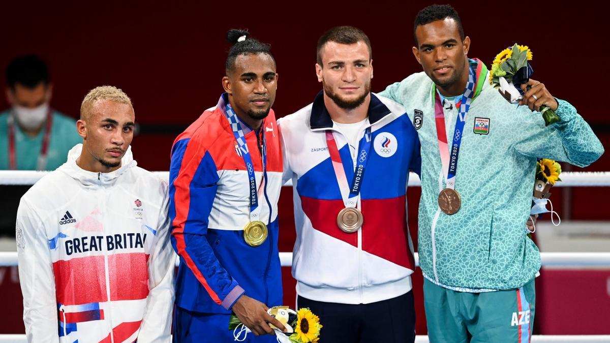 Whittaker (trái) thất vọng khi đứng cùng các đối thủ nhận huy chương Olympic. Ảnh: Eurosport