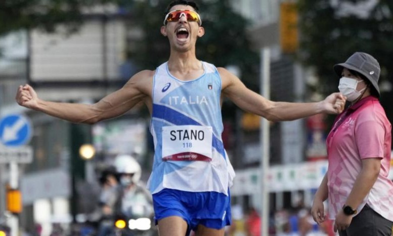 Massimo Stano hét lên trong sung sướng sau khi về nhất đi bộ 20km. Ảnh: EPA.