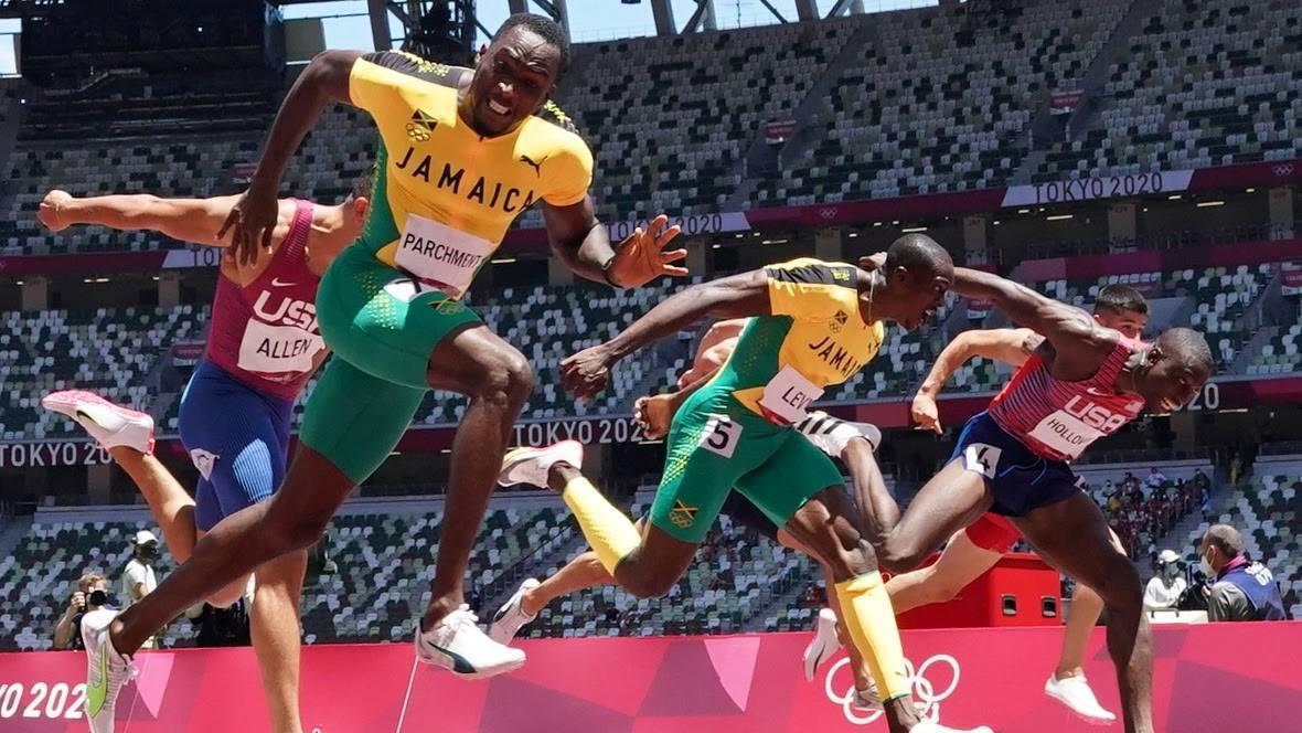 Parchment thể hiện sức rướn tuyệt vời khi về nhất, giúp Jamaica bảo vệ HC vàng 110 rào Olympic. Ảnh: Reuters.