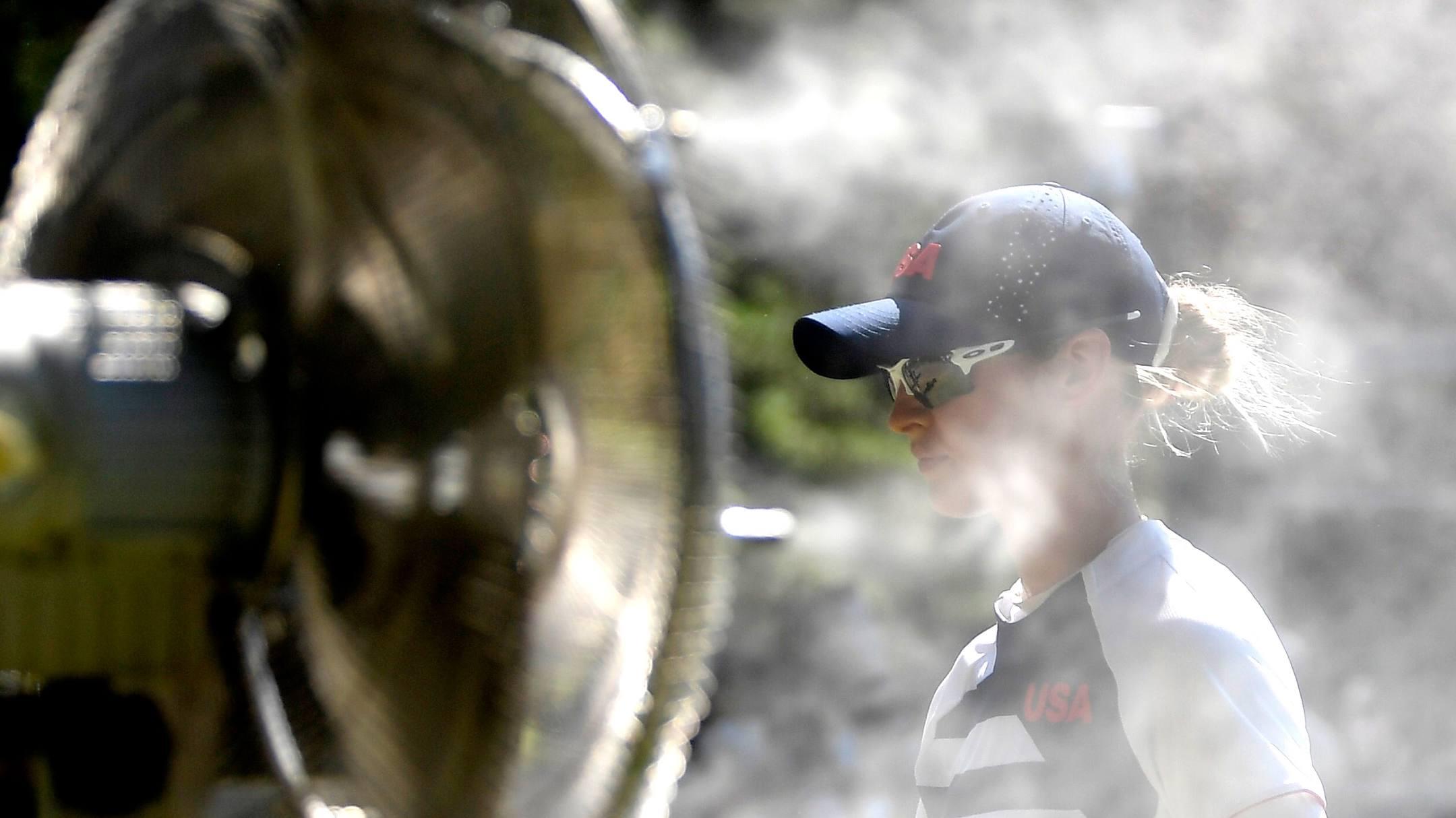Quạt nước làm mát cho các đấu thủ nữ trên sân Đông Kasumigaseki hôm nay 5/8 hoạt động hết công suất. Ảnh: Reuters