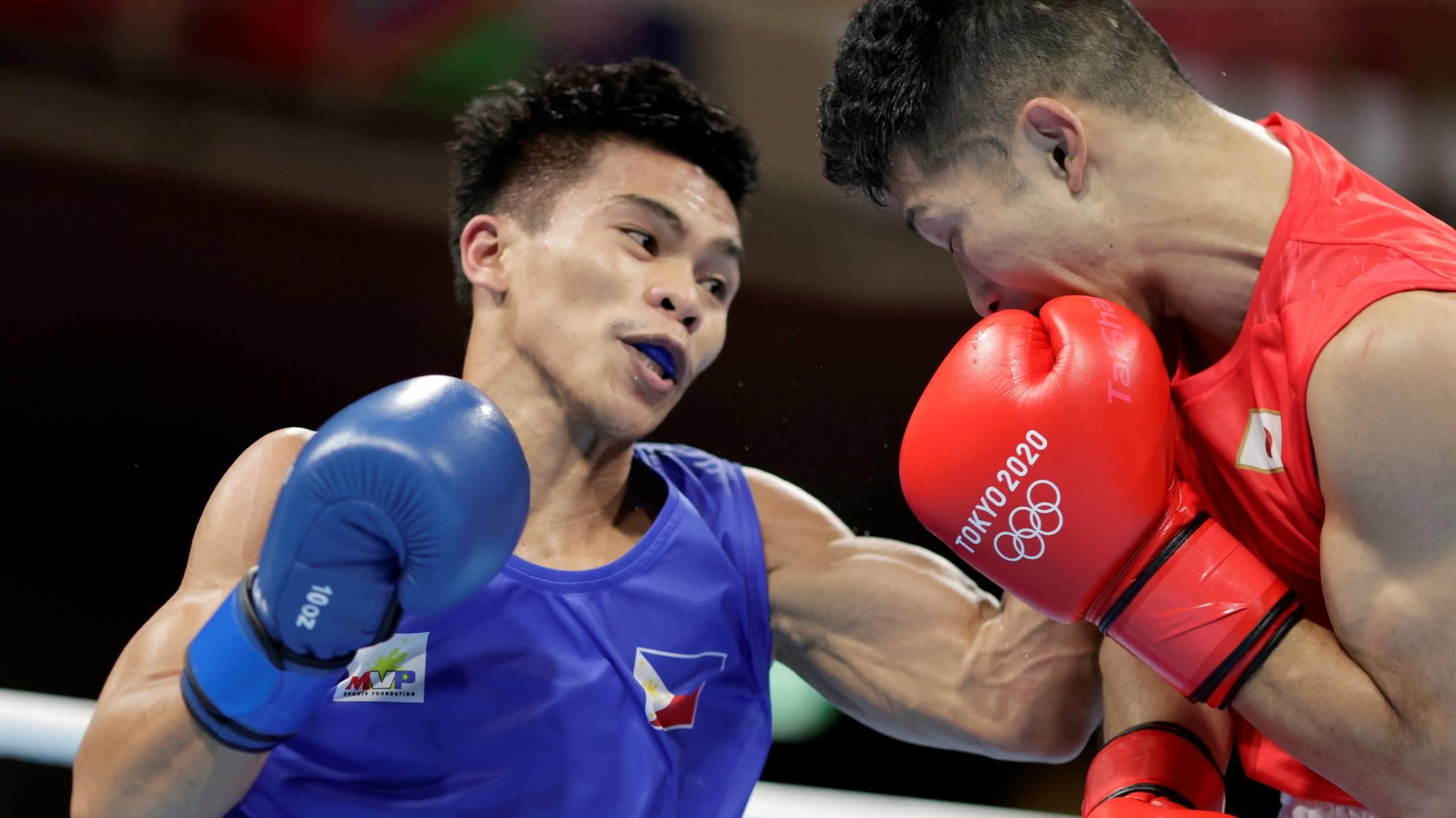 Tanaka (phải) kết thúc hành trình gây nhiều tranh cãi ở Olympic 2020 bằng HC đồng. Ảnh: Reuters