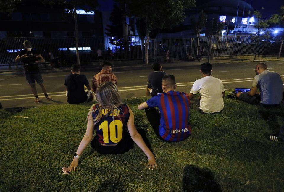 CĐV Barca ngồi ngoài sân Camp Nou chờ tin về Messi, sau khi CLB thông báo không gia hạn hợp đồng vào tối 5/8. Ảnh: Reuters