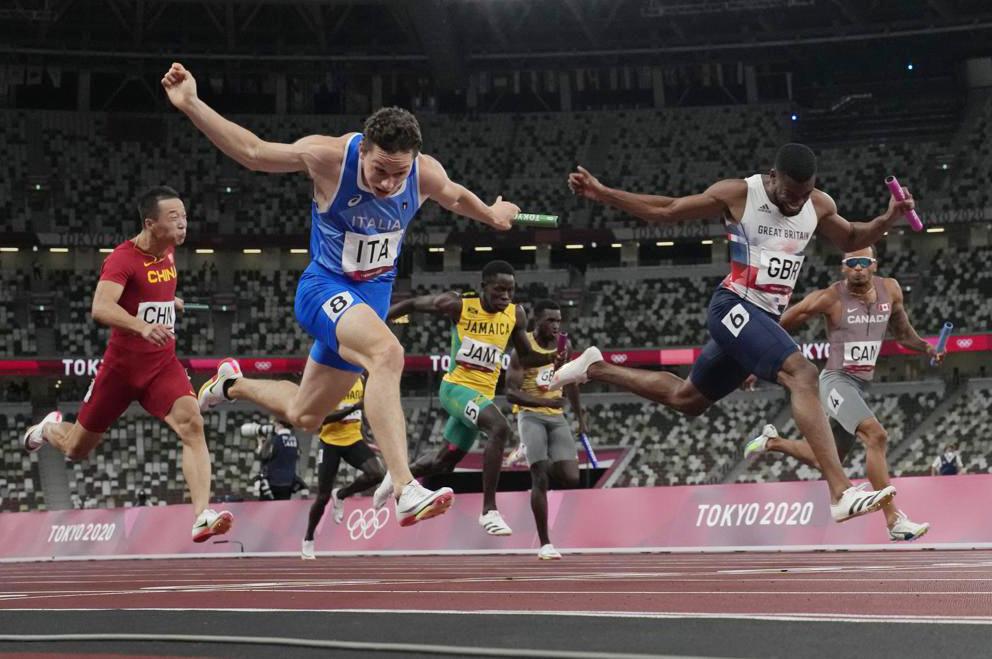 Tortu Filippo cán đích ở vị trí số một cự ly 4x100m tiếp sức tối 6/8. Ảnh: AFP