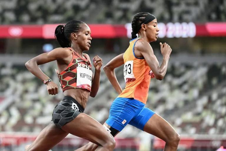 Kipyegon vượt lên trước Hassau khi qua mốc 1200 mét, và giữ vững vị trí dẫn đầu tới lúc cán đích ở chung kết 1500m nữ trên sân Olympic tối 6/8. Ảnh: AP