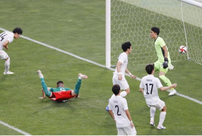 Nhật Bản nhận ba bàn thua từ ba tình huống bóng chết. Trong ảnh là tình huống tiền đạo Vazquez đánh đầu nâng tỷ số lên 2-0 cho Mexico. Ảnh: Kyodo