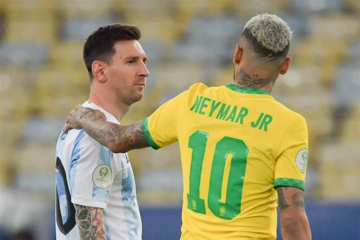 เนย์มาร์แสดงความปรารถนาที่จะรวมตัวกับเมสซี่ในแนวหน้าเดียวกันมานานแล้ว  นอกจากนี้เขายังชอบโพสต์ของ TNT เกี่ยวกับ Messi ออกจาก Barca  ภาพ: Reuters