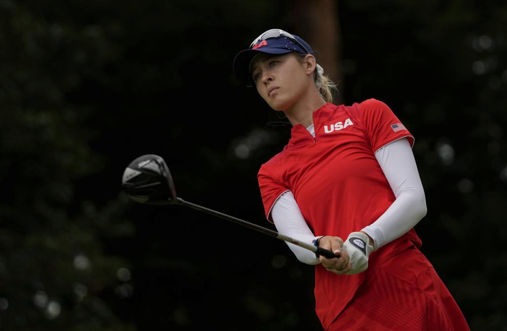 Nelly Korda nhìn theo cú phát bóng ở hố 18 vòng cuối nội dung golf nữ Olympic trưa 7/8. Ảnh: AP
