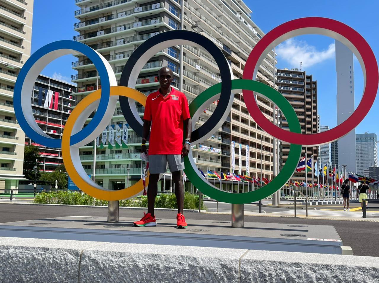 Kipchoge trước làng VĐV Olympic Tokyo 2020. Ảnh: Twitter / Kipchoge