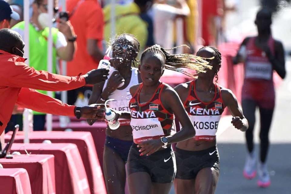 Nhiệt độ cao khiến các VĐV liên tục phải tiếp nước, làm mát trên đường chạy. Ảnh: Team Kenya