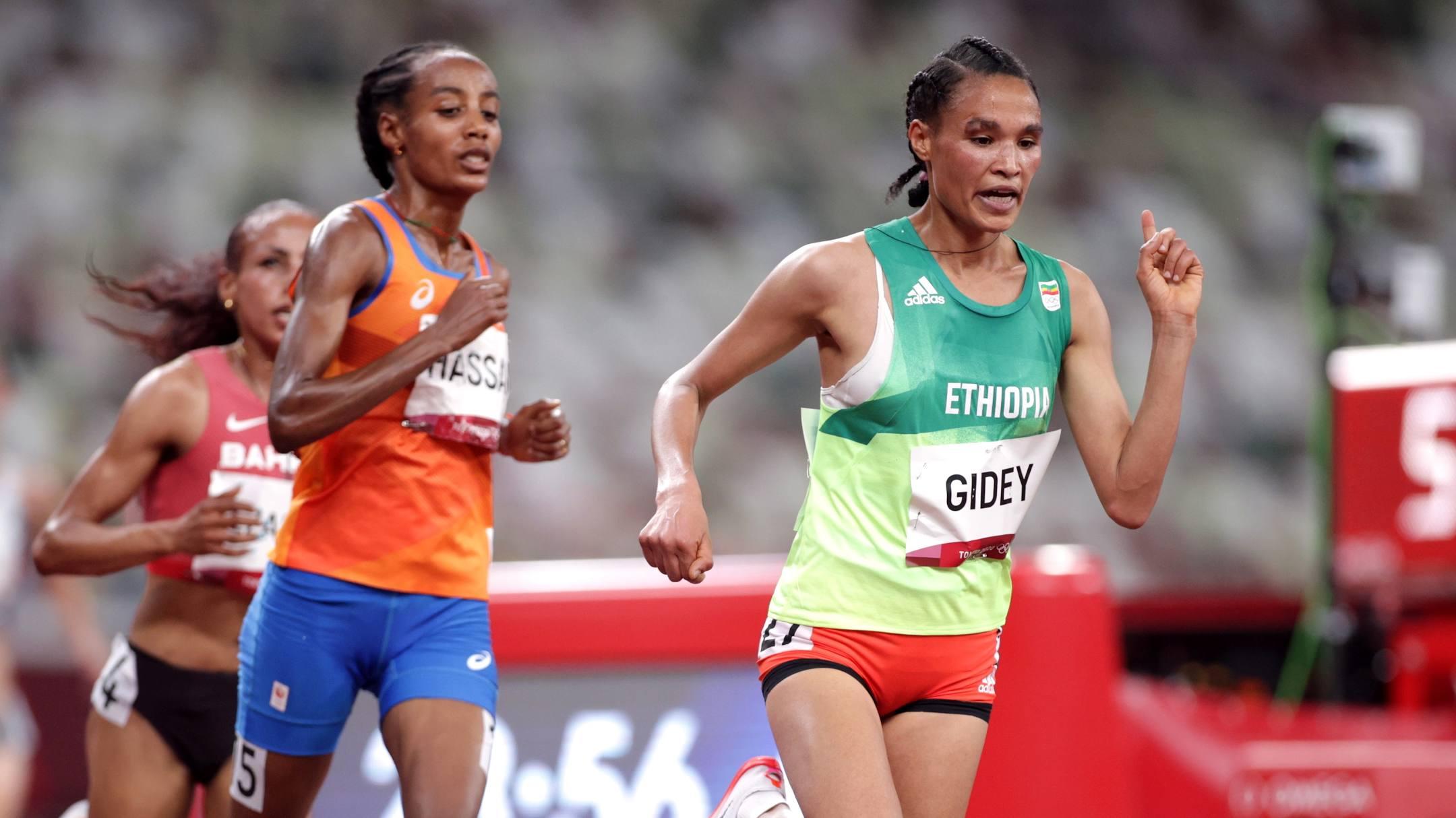 Hassan kiên nhẫn bám theo Gidey trong phần lớn thời gian, trước khi nước rút ngoạn mục ở 100 mét cuối để về nhất. Ảnh: Reuters