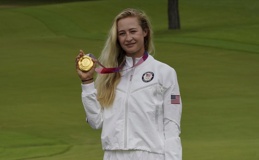 Korda khoe tấm HC vàng - chiến công mới nhất trong sự nghiệp của golfer sinh năm 1998 này. Ảnh: AP