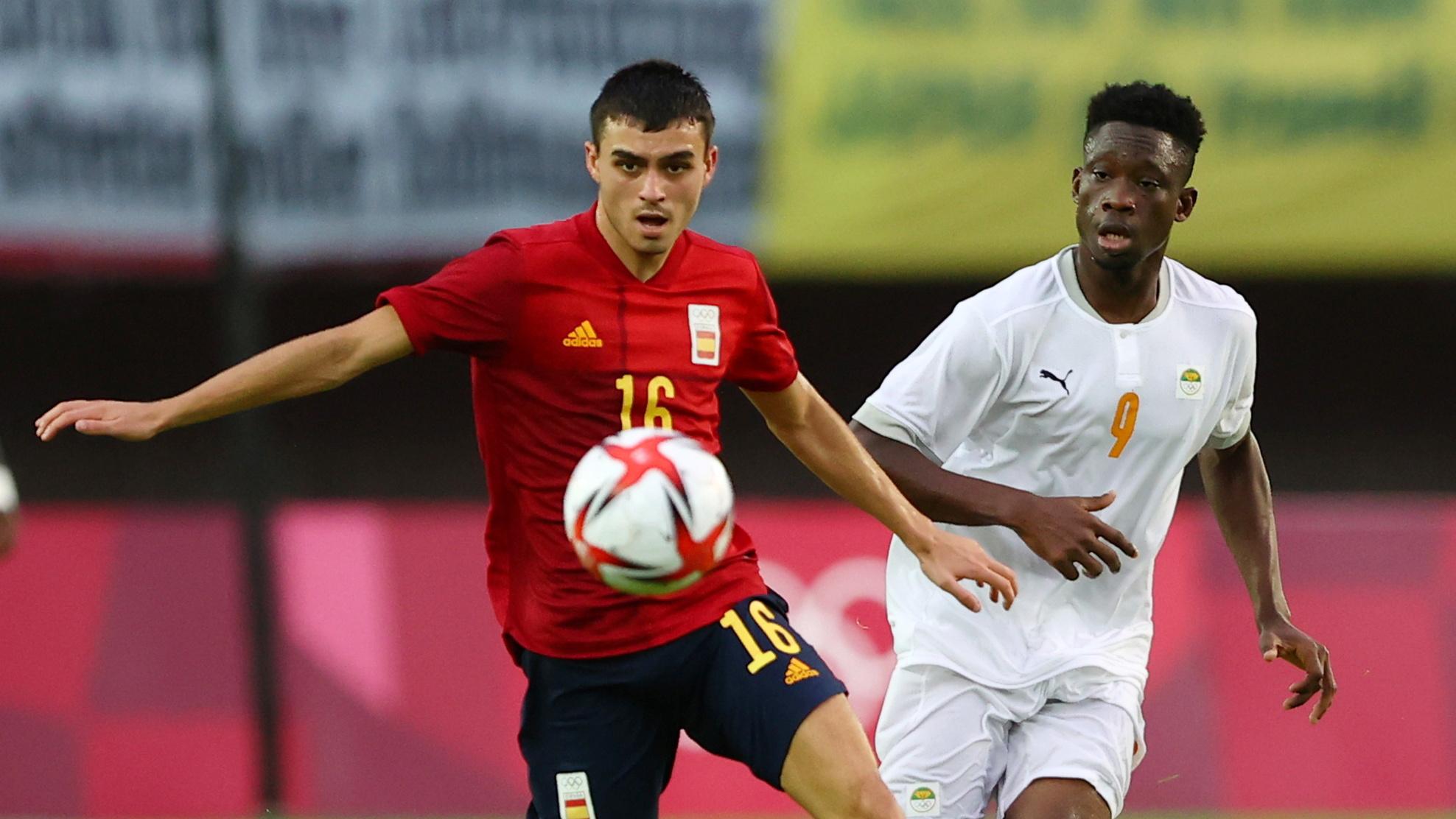 Pedri (áo đỏ) trong trận Tây Ban Nha loại Bờ Biển Ngà ở tứ kết bóng đá nam hôm 31/7. Ảnh: Reuters