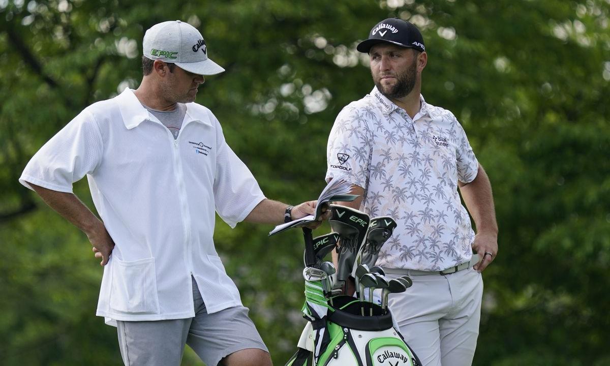 Rahm (phải) lúc thi đấu ở Memorial hồi tháng Sáu. Anh mắc Covid-19 ngay tại sự kiện PGA Tour này, rồi lại nhiễm bệnh ngay trước thềm Olympic Tokyo 2020. Ảnh: AP
