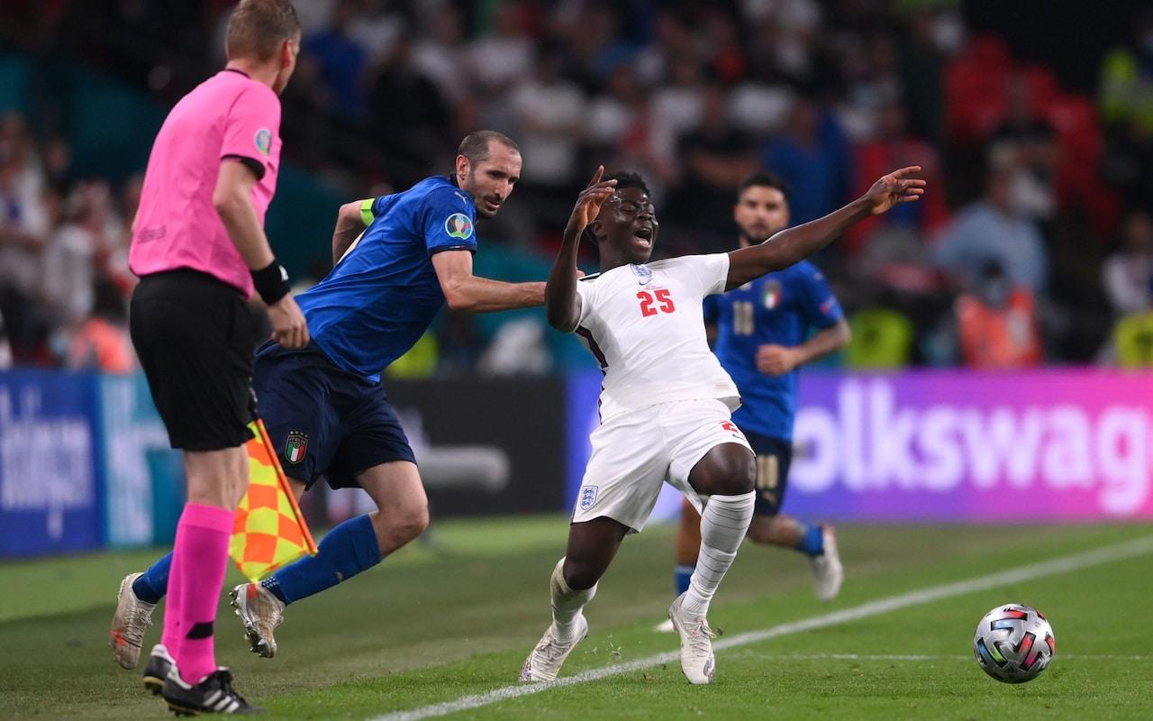 Chiellini trong khoảnh khắc kéo ngã Saka ở hiệp phụ chung kết Euro 2021 hôm 11/7. Ảnh: Reuters