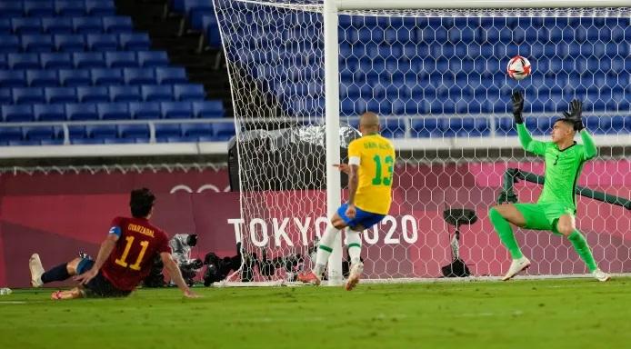 Oyarzabal gỡ hòa cho Tây Ban Nha trong tình huống Alves mắc lỗi kèm người. Ảnh: AP.