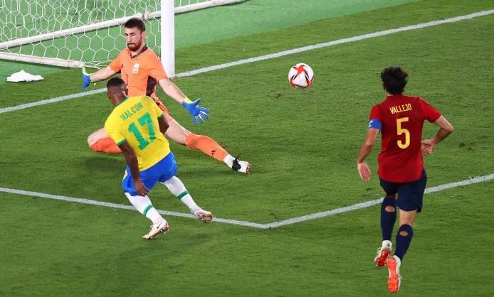 Malcom ghi bàn quyết định ở hiệp phụ để mang về tấm HC vàng cho Brazil. Ảnh: Reuters.