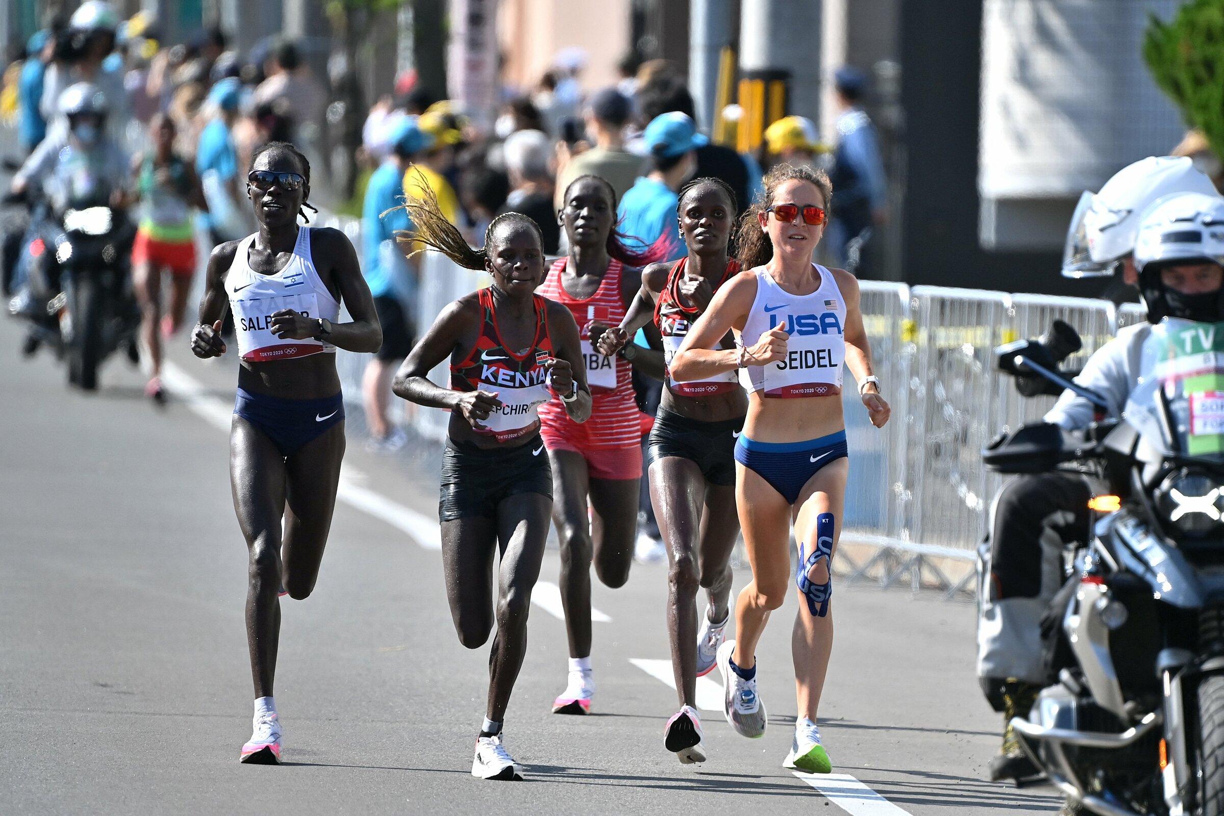Nhóm của Kosgei, Jepchirchir, Seidel và Salpeter bắt đầu tách khỏi đoàn đông từ mốc 36km. Ảnh: Team Kenya