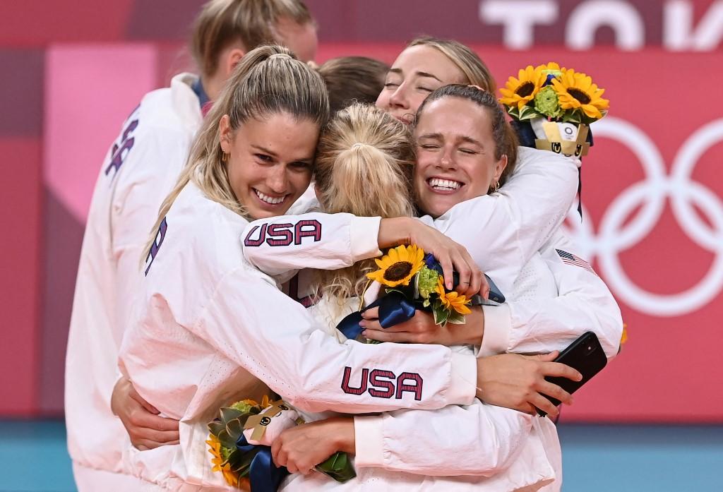 Các nữ VĐV bóng chuyền Mỹ ăn mừng tấm HC vàng chiều 8/8. Ảnh: AFP.