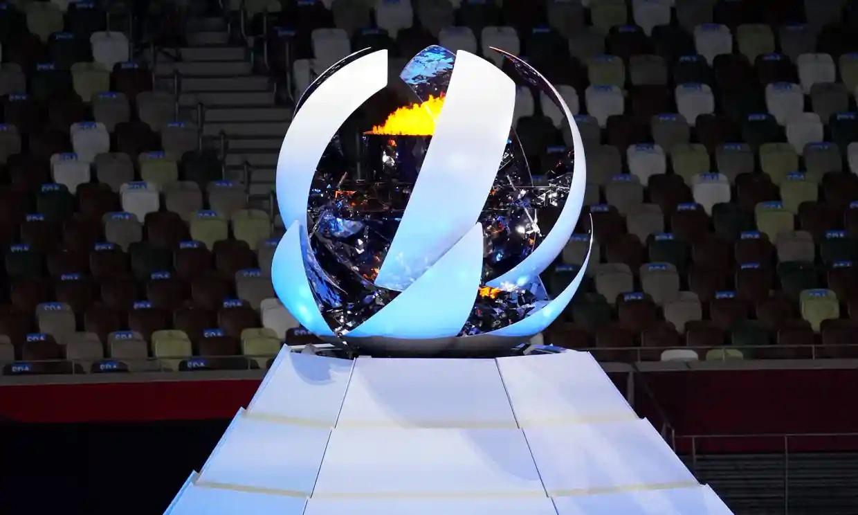 Ngọn đuốc Olympic tắt lửa và từ từ khép lại, tạo thành một hình cầu trắng. Ảnh: PA.
