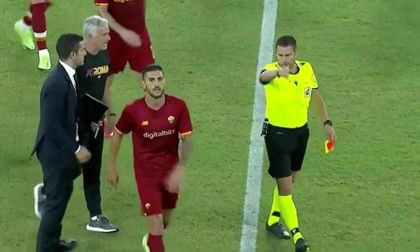 Mourinho và học trò cùng nhận thẻ đỏ vì phản ứng. Ảnh chụp từ video.