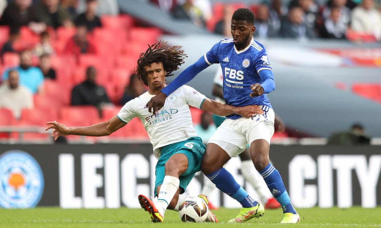 Khoảnh khắc quyết định trận đấu, khi Ake phạm lỗi từ phía sau Iheanacho dẫn tới phạt đền cho Leicester. Ảnh: The FA