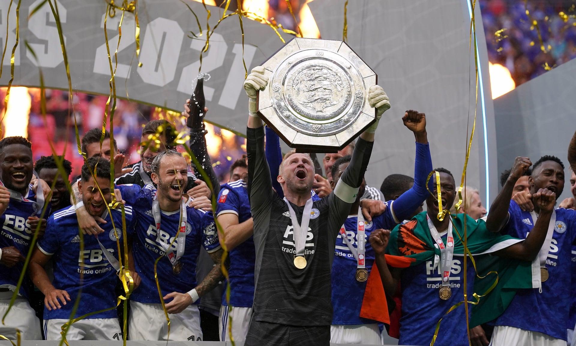 Thủ môn Kasper Schmeichel lần đầu nâng Siêu Cup Anh. Ảnh: PA
