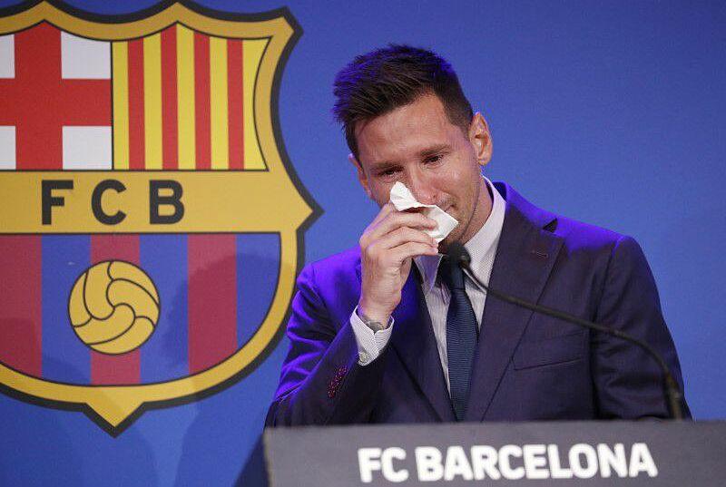 Messi khóc nức nở khi nói lời tạm biệt Barca. Ảnh: Reuters