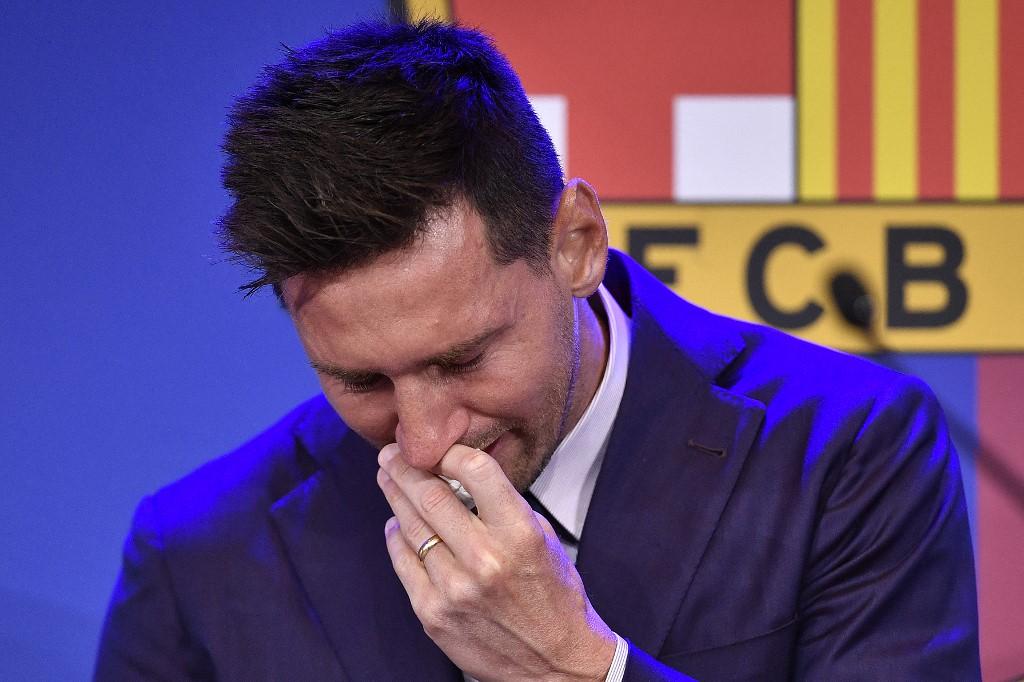 Messi không kìm được xúc động, liên tục khóc trong cuộc họp báo chiều 8/8. Ảnh: AFP.